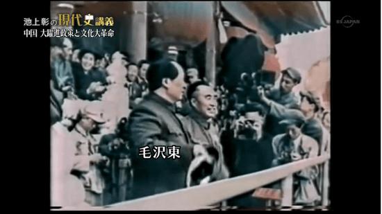 天安門広場に集まった群衆の前で「中華人民共和国の成立」を宣言する毛沢東