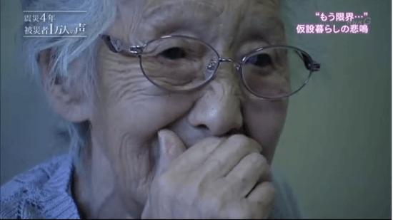 長引く仮設暮らしがつらくて涙ぐむおばあさん