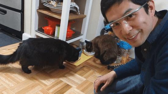 Google Glass(グーグルグラス)をつけた飼い主さんと、ごはんを食べる しおちゃんとティーちゃん