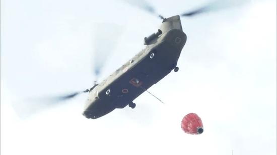放水任務に飛び立つ自衛隊ヘリ
