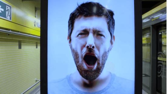 あくびをする男性の映像