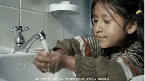 あわてて水を飲む少女のイメージ