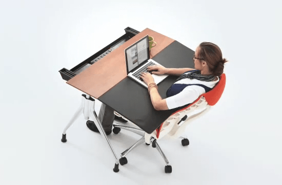 「Embody Chair(エンボディチェア)」×「Envelop Desk(エンベロップデスク)」