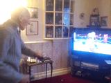 コントローラーを振り回して遊ぶ任天堂のゲーム機「Wiiスポーツ」でボクシングを楽しむ95歳のおじいちゃん