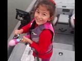 お子ちゃま用の釣り竿で超でっかいブラックバスを釣り上げた少女が見せてくれた最高の笑顔