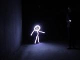 可愛すぎ♡ LEDライトスーツで「光る棒人間」の仮装をした1歳10ヶ月の女の子