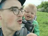 赤ちゃん大喜び♪ だってパパがタンポポを「ぶぅ~」って吹くんだもん