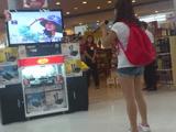 フィリピンのショッピングモールで発見された、凄まじい歌唱力でカラオケを楽しむ女性