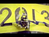 命懸けの Happy New Year!手と足の間に布を張った滑空用特殊ジャンプスーツで、地面から2mの地点に設置された「2013」の看板を突き破る男性