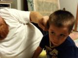 パパの冗談を真に受けて、「ぼくの耳が取られた!」と思い込んだ男の子