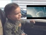 生まれて初めてスーパーマンを観た赤ちゃんが見せてくれた最高のリアクション