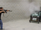 防弾ガラスを開発している会社のCEOが、自社製品の安全性をPRするために、AK-47カラシニコフ銃でガラスを撃たせる過激な実験をしている映像