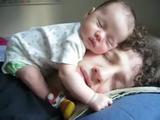 寝ているパパの顔の上で眠る赤ちゃん