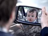 鏡に写った自分が赤ちゃんになってる!これは踊るしかないでしょ!的な、evian(エビアン)のCM