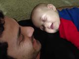 なんだコレ可愛い!自分の笑い声で目を覚ます赤ちゃん