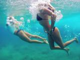 海の中で波をくぐるシーンが最高に美しい!ハワイでサーフィンを楽しむ美女2人