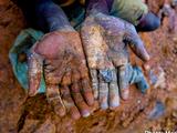 残虐な行為を繰り返してきたコンゴの武装グループが鉱物の採掘/輸出に関わり、その鉱物がスズやコルタンに加工され世界中の携帯電話に使われている