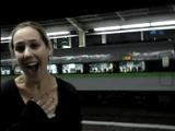 「信じられない!」 新幹線の速さにビックリして大興奮する外国人女性