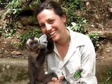 食べているエサを飼育係のお姉さんにも「おすそ分け」しようとする超カワイイお猿さんが可愛いだけじゃなかった!