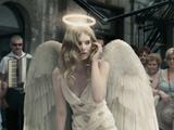 ものすごく色っぽくて美しい天使たちが次々と街に降り立ち、なぜか自ら堕天使になってしまう魅惑の商品CM