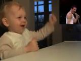 QUEEN(クイーン)のフレディ・マーキュリーのマイクパフォーマンスに、ハートを鷲掴みされた赤ちゃん