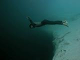 フリーダイビング世界チャンピオンの Guillaume Nery さんが、深さ202メートルの大穴を、酸素ボンベも足ひれも無しでフリーフォール