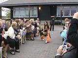 ほのぼの映像。結婚式でバージンロードに花びらを撒く役目を任されたちびっ子