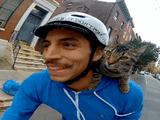 飼い主さんの肩にちょこんと乗って一緒におでかけするニャンコ(しかも自転車で)