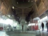 何これ凄い!4人組が自由自在に乱れ飛ぶ、インドア・スカイダイビングの美麗な演技