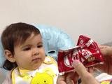 野菜を嫌がる赤ちゃんにチョコレートを見せて「あ~ん」させたところで、すかさず野菜をほりこむという計画的犯行