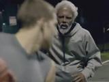胸がスカッとするドッキリ映像/ヨボヨボのおじいちゃんがストリートバスケでスーパープレーを連発!