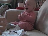 紙がちぎれるのが可笑しくて、笑い続ける赤ちゃん