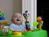 ママが鼻をかむとビックリする赤ちゃん
