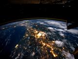 国際宇宙ステーション「ISS」から撮影された写真をつなぎあわせて作った「地球の夜景」を、ハッとするほどの超高画質でお届け