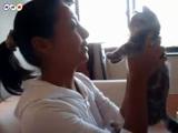 チューされるのは嫌っ!拒否するネコ