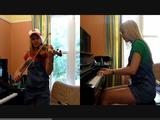「スーパーマリオブラザーズ」をピアノとバイオリンで再現する金髪美女
