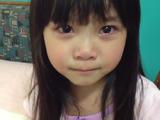パパのせいで頭をぶつけて大泣きした4歳の女の子が、何とかご機嫌を取ろうと歌を唄うパパに「面白くないもん」って言いながらどんどん笑顔になっていく超ホッコリ映像