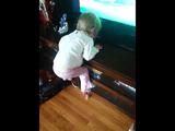 パパ助けて(≧Д≦)ノ 足が届かないの! めちゃくちゃ高いところに登った「つもり」になった2歳ぐらいの女の子が、泣きながらパパに救出されるホッコリ映像