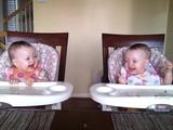 完全に可愛い!パパがギターを弾くと超嬉しそうなリアクションをする双子の赤ちゃん