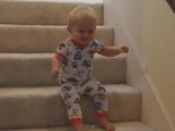 何コレ楽しい!尻もちをつきながら階段を降りる赤ちゃん