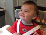 はじめて食べ物を口にした赤ちゃんのリアクションが神がかり的にカワイイ