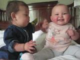 ちょっかいを出す赤ちゃん vs とりあえず超笑顔の赤ちゃん