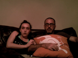 お父さんビビリ過ぎ(笑)/ソファでホラー映画を鑑賞する父娘のリアクションが芸人レベル