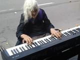 引き込まれる美音♪ ストリートでピアノを弾くおばあちゃんがとってもクール