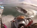 奇跡的なタイミングで浮上してきたクジラを避けきれず、クジラの背中に乗り上げてしまうジェットスキーヤーの決定的瞬間をライダー目線で!