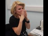 生まれたときから耳が聞こえなかった40歳の女性が、人工内耳手術を受けて「生まれて初めて人の声を聞いた瞬間」のリアクションがグッとくる