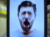 「あくび」する映像を見せて「あくび」を伝染させてから、「眠気覚ましにコーヒーはいかが?」と美女たちが登場して無料でコーヒーを振舞うというキャンペーン広告