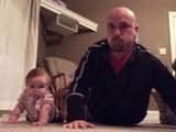 赤ちゃんの自然な動きを真似するだけで、かなりハードなトレーニングになると気付いたお父さん