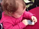 iPhoneをスイスイ操作できてた赤ちゃんにiOSをアップデートしたiPhoneを渡してみたらこうなった