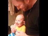 父親のオーバー・リアクションに大喜びして指をカミカミする赤ちゃん